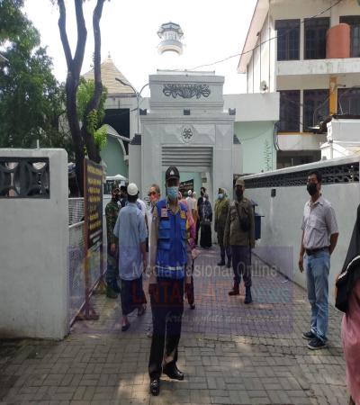 Petugas Operasi Prokes,Melonjaknya Peziarah di Makam Sunan Ampel di Hari Libur