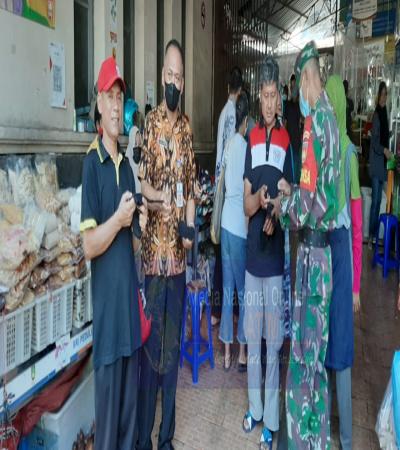 Babinsa Terjun Langsung Bagikan Masker Serta Ingatkan Prokes di Pasar Gede