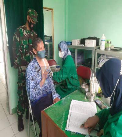 Vaksinasi Covid-19 Tahap II Bagi Guru Kec:Batuwarno, Mendapat Pendampingan Dari Babinsa Koramil 06/Batuwarno