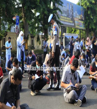 Gerai Vaksinasi di Polrestabes Surabaya di Penuhi Warga
