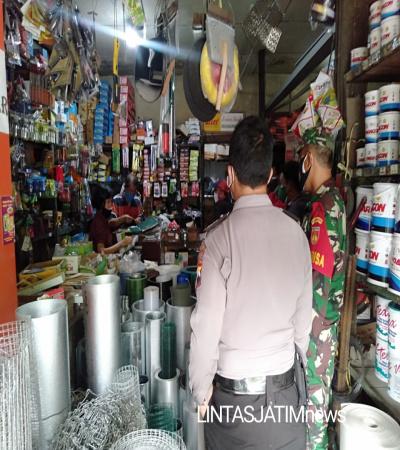 Babinsa Joyosuran dan Bhabinkamtibmas Laksanakan Pengecekan Penerapan PPKM Darurat di Wilayah