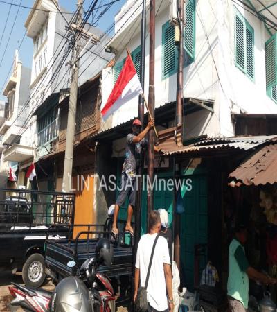 Masyarakat Pasang Bendera Merah Putih di Songoyudan Pabean Cantikan Sebagai Harapan Segera Merdeka Dari Covid-19