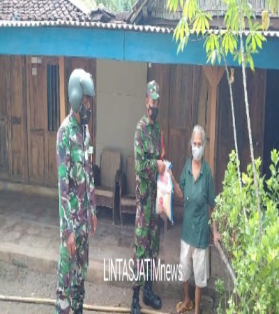 Koramil 04/Nguntoronadi Salurkan Bansos 300 Paket Beras Kepada Warga