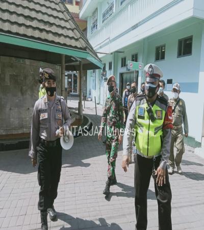 Petugas Mensosialisi Kepatuhan Protokol Kesehatan di Wisata Ampel
